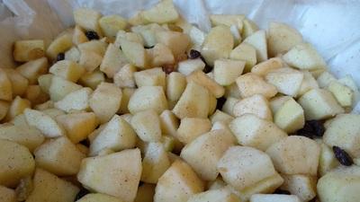 קוביות תפוחים וצימוקים עם סוכר וקינמון.