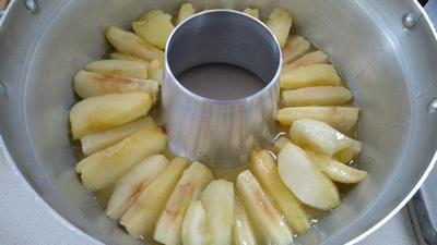עוגת דבש של סבתא אלה - סידור תפוחים בתחתית סיר פלא